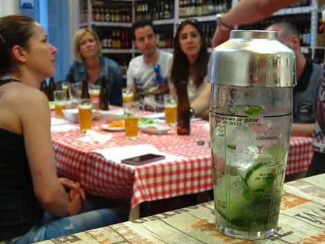Cóctel de cerveza saison con pepino, limón y menta