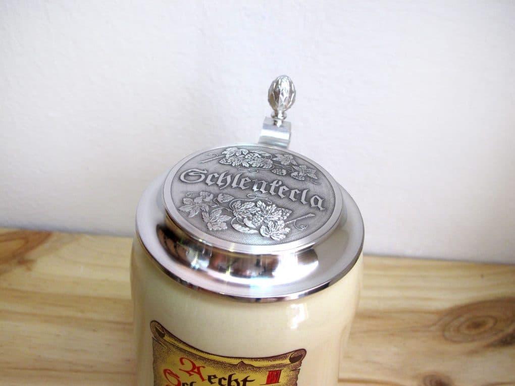 Detalle tapa de Jarra de cerveza alemana con tapa Aecht Schelenkerla Rauchbier 50 cl