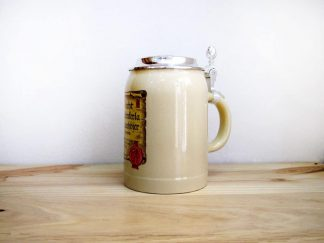 Jarra de cerveza alemana con tapa Aecht Schelenkerla Rauchbier