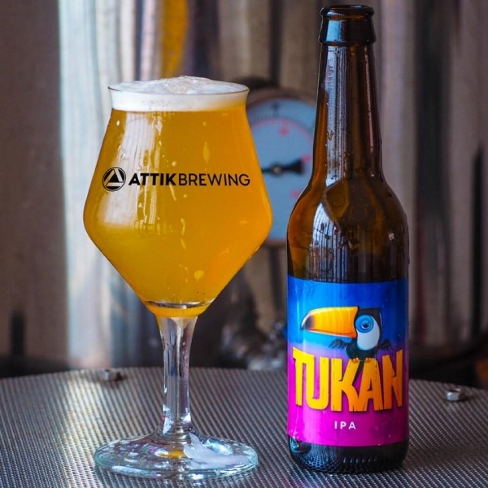 Botella abierta y copa servida de cerveza Tukan de Attik Brewing