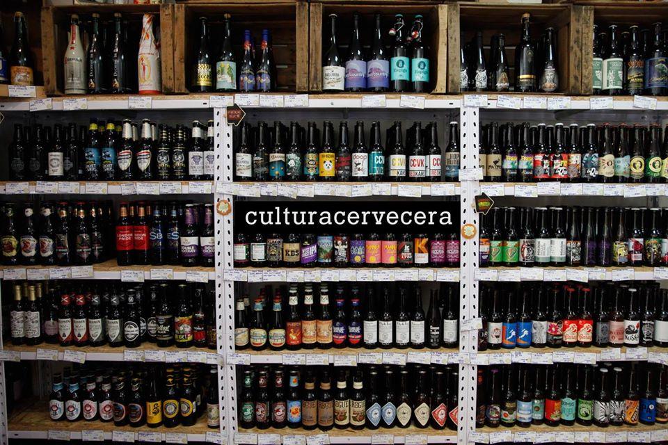 Estantería de cervezas artesanas e internacionales