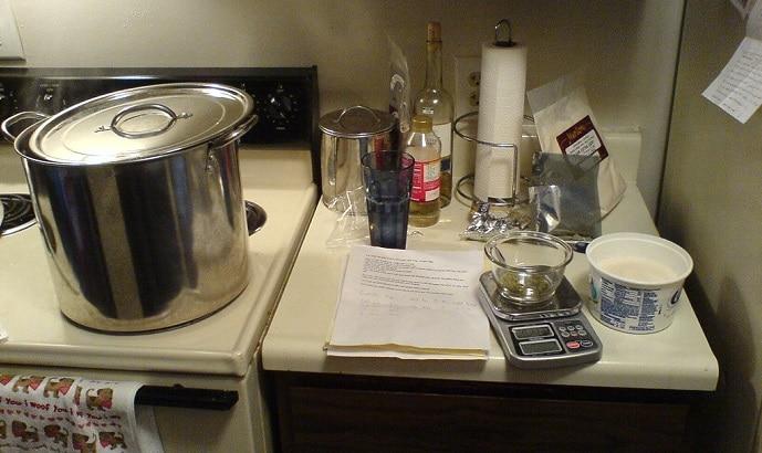 Olla y algunos utensilios para elaboración de cerveza artesanal