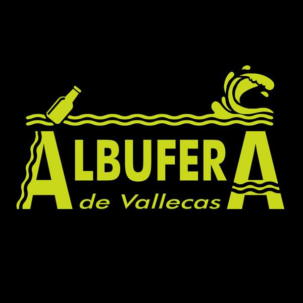 El logotipo de la marca en color amarillo sobre un fondo negro, se lee Albufera de Vallecas y hay una botella flotando en el mar con una ola que ya ha pasado.