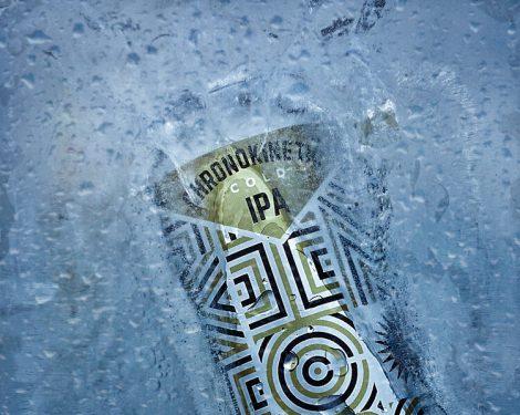 Lata de wayfinder-cold-ipa metida en hielo